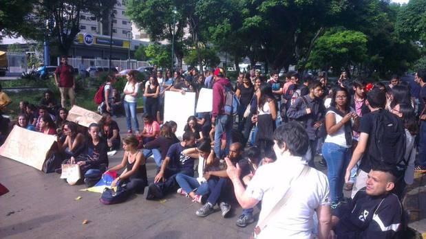 Estudiantes protestan frente a la UCV por el asesinato de Diego Arellano