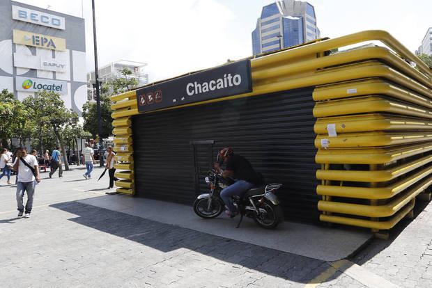 Trabajadores del Metro de Caracas retienen a periodista y camarógrafos