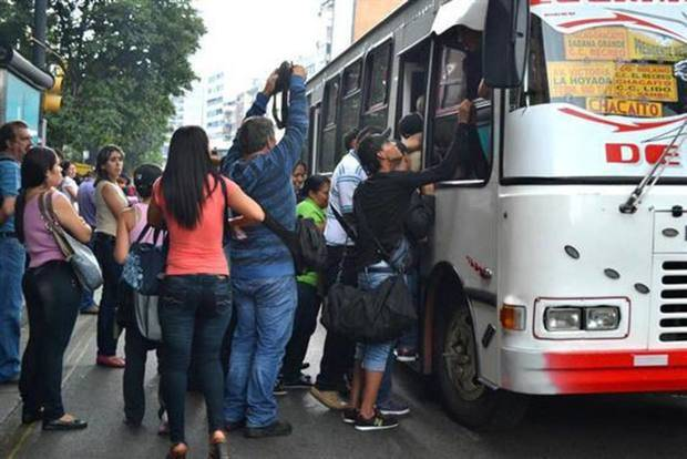 Usuarios protestan en Caracas y Miranda por aumento del pasaje a Bs 300