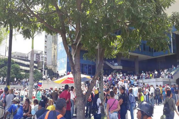 Opositores se concentran en Parque Cristal en rechazo a la constituyente