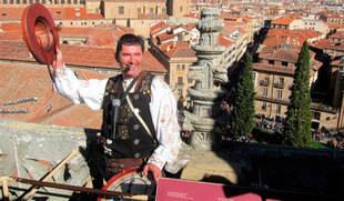 'El Mariquelo' pide 'concordia' desde lo alto de la Catedral de Salamanca