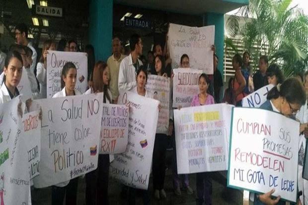 Médicos y pacientes protestan exigiendo insumos y medicamentos