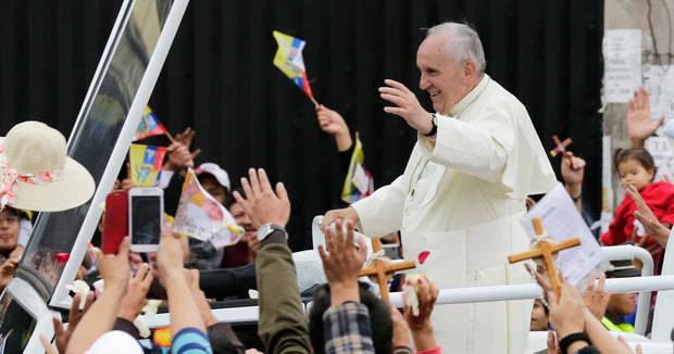 El papa Francisco llega a la ciudad ecuatoriana de Guayaquil y posa en selfis