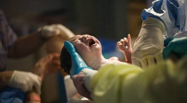Una mujer pare por trasplante de tejido de su ovario extraído cuando era niña