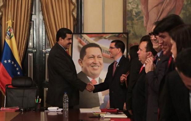 Maduro nombra nuevo vicepresidente y crea cinco ministerios