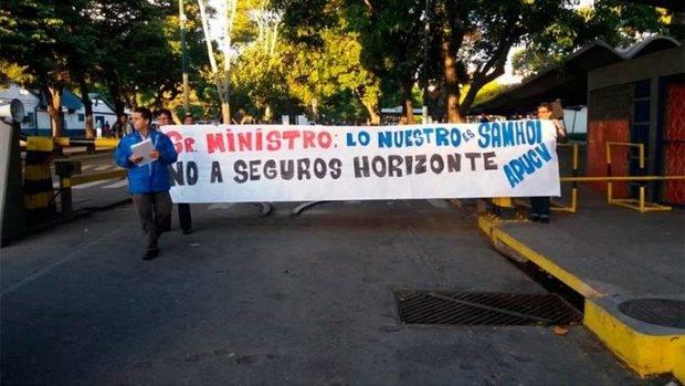 Profesores protestan en la entrada de la UCV por cambio de seguro médico