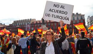 Altercados en Valladolid al coincidir una protesta en favor de los refugiados y otra por la unidad de España