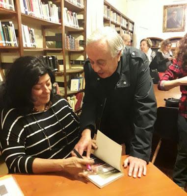 Almudena Grandes visitó la Biblioteca Carlos Sánchez Viamonte