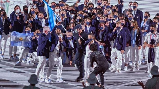 A pura fiesta, la delegación argentina participó del desfile inaugural de los Juegos Olímpicos