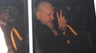 Ecuador le retiró el asilo y Assange fue detenido en Londres