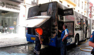 Evacúan a 45 pasajeros tras iniciarse un fuego en el motor de un autobús de transporte urbano de Valladolid
