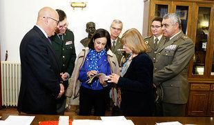 La ministra de Defensa llama a aprender de los errores de las 'páginas negras' de la historia de España