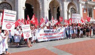 Los trabajadores de ayuda a domicilio se concentran en Valladolid en la primera jornada de huelga del sector