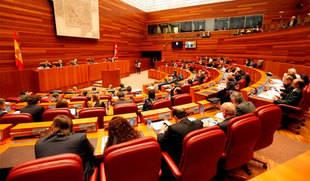 Las Cortes aprueban avanzar en que los permisos de paternidad sean iguales a los de maternidad
