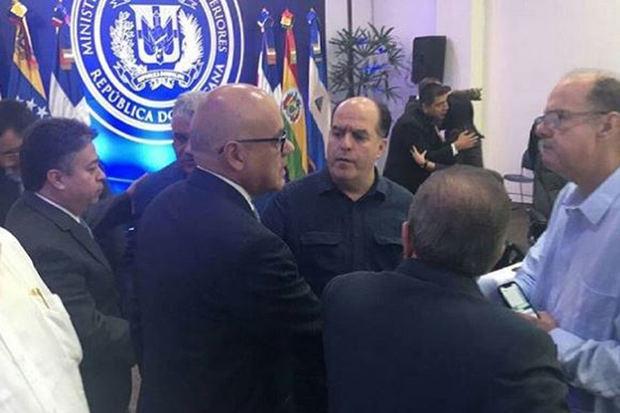 Gobierno y oposición acuerdan ir a consultas en Caracas en busca de un acuerdo