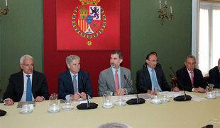 El Rey preside el Consejo Científico del Instituto Elcano que ha analizado un orden de 'instituciones débiles y hombres fuertes'