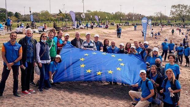 Encabezados por el español Sánchez Rico, embajadores europeos limpiaron la costa de Vicente López