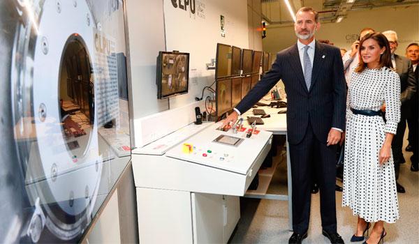 Felipe VI aprieta el botón del láser más potente de España y uno de los diez más potentes del mundo