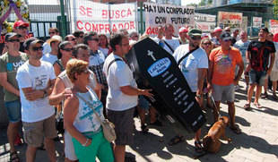 Los trabajadores de Lauki, convencidos de que la empresa no quiere vender, se concentran al grito de que hay