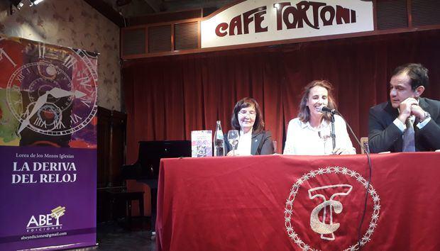 """Lorea de los Mozos Iglesias presentó su libro """"La deriva del reloj"""""""