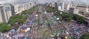 Multitudinaria marcha contra la política económica de Macri