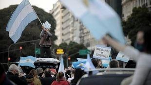 'En igualdad ni un paso atrás': multitudinaria protesta feminista frente al Parlamento andaluz
