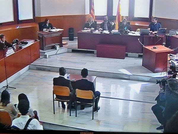 """A Messi le gritaron """"ladrón"""" cuando salió del juicio en Barcelona"""