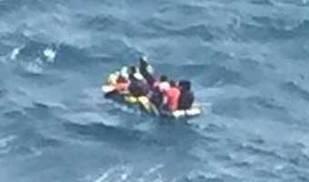 Ascienden a 27 personas, entre ellas un bebé, los rescatadas de la patera que alcanzó isla de Alborán
