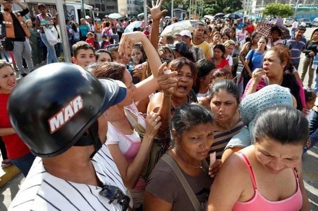 """Sube la tensión en Venezuela: """"Queremos comida"""", reclaman en las colas"""