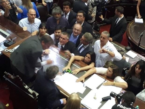 Represión afuera del Congreso y escándalo adentro con los diputados