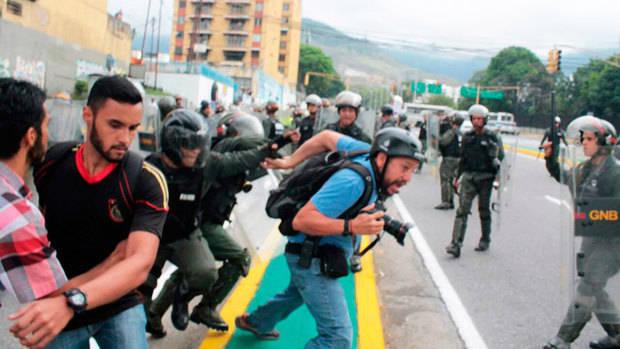 Fiscalía solicita medida de protección a periodistas en manifestaciones