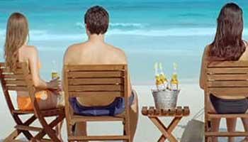 Playa, pareja y cerveza, la combinación perfecta de los andaluces para disfrutar de las vacaciones de verano