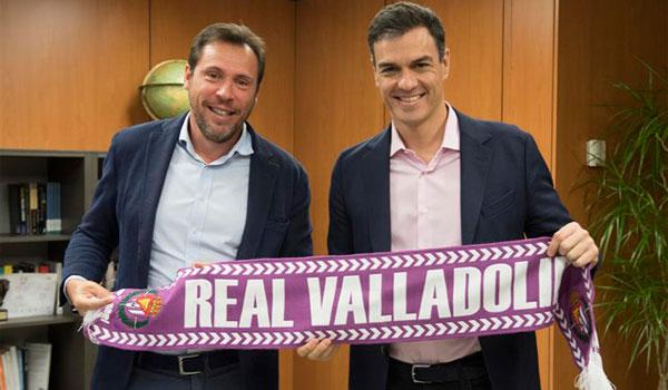 Pedro Sánchez recibe una bufanda del recién ascendido Real Valladolid