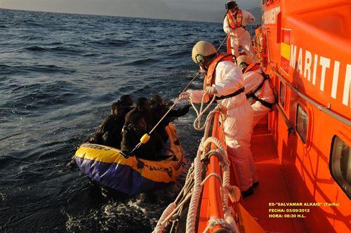 Rescatadas 85 personas de nueve embarcaciones en aguas del Estrecho