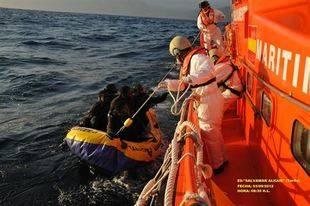 Trasladan a Tarifa a once subsaharianos rescatados de una patera