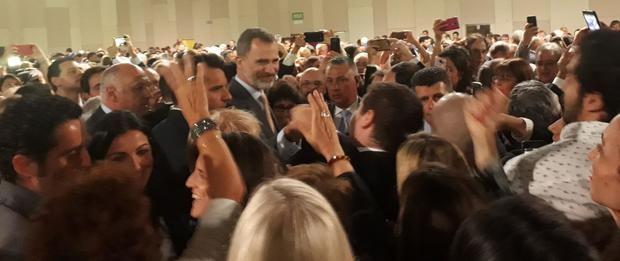 Felipe y Letizia dejaron de lado el protocolo en su cálido encuentro con la colectividad española en Buenos Aires