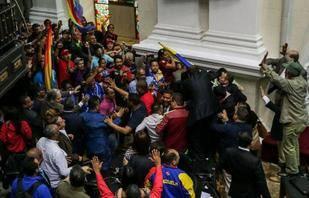 Chavistas irrumpieron en la C�mara en debate por posible destituci�n de Maduro