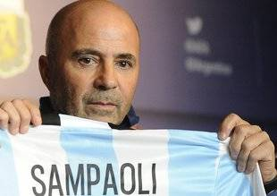 Sampaoli mostró su peor cara al faltarle el respeto a un policía