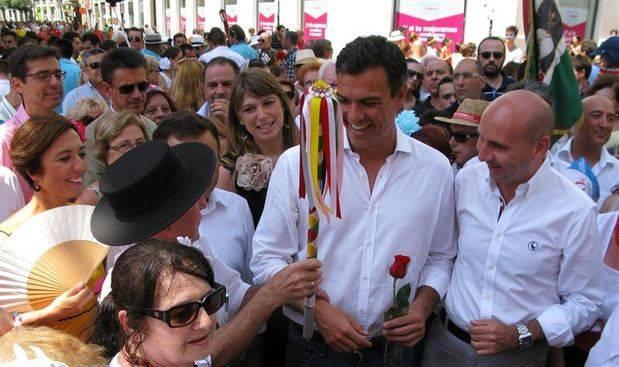 Pedro Sánchez brinda con vino de Málaga y disfruta de los verdiales