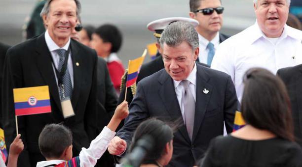 Santos llega a Ecuador para reunirse con su colega de Venezuela