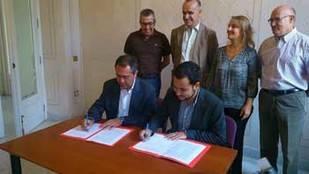 Espadas firma los acuerdos con IU y Participa para proclamarse alcalde
