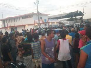 Queman una alcaldía y saquean camiones de comida en Sinamaica