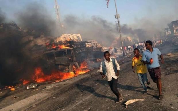 Al menos 215 muertos tras doble atentado con camiones bomba en Somalia