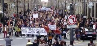 Centenares de personas reivindican la libertad de expresi�n y la retirada de cargos a los titiriteros detenidos