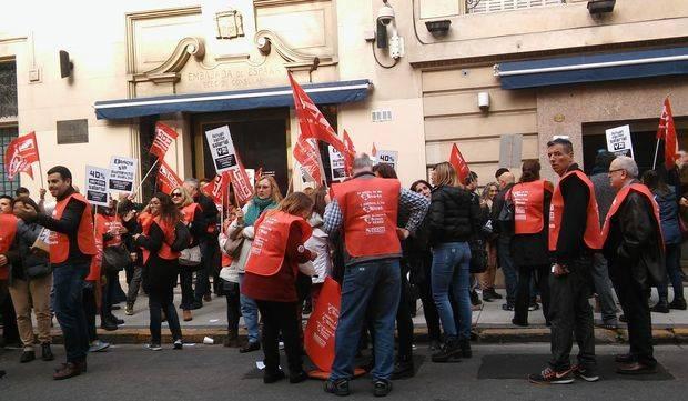 Los trabajadores de la embajada definen los pasos a seguir tras la promesa de recomposición salarial