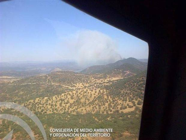 El Infoca trabaja en la extinción de un incendio forestal en Zufre